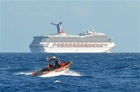 """Un bote pequeño perteneciente a las patrullas Guardacostas """"Vigorous"""" cerca del crucero Triumph de Carnival en el Golfo de México, 11 de febrero de 2013. (Foto cortesia de la Guardia Costera de los EE.UU.)"""