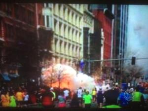 PHOTO: The Boston Marathon explosion captured from the CBS News live stream pic.twitter.com/qvBNXqcl3e FOTO: El explosión del maratón de Boston capturado de la corriente en vivo de CBS News. Foto cortesia de Twitter:  The Daily Beast @THEDAILYBEAST
