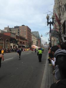 Momento de la explosión en la línea de acabado del maratón de Boston pic.twitter.com/KFuMVpZ54B Foto cortesia de Twitter: Dan Roan @DanRoan