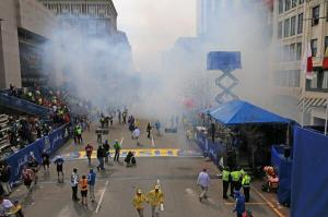 #breakingnews RT @globedavidlryan: explosión en el maratón de boston  pic.twitter.com/cLTrRxB54C Foto cortesia de Twitter: The Boston Globe  @BostonGlobe