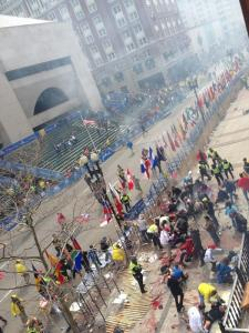 Esta foto se está difundiendo de la explosión en el Maratón de Boston. Terrible, insisto. pic.twitter.com/TmONBVY0yN Foto cortesia de Twitter: Enrique Julian Gomez @enriquejulian23